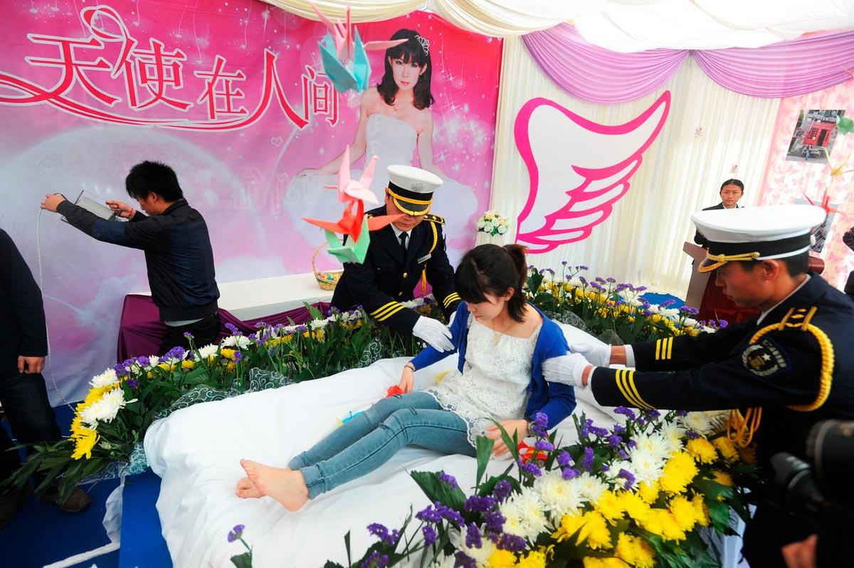 Цзэн Цзя на репетиции собственных похорон
