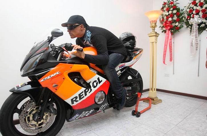 Мертвый Дэвид Моралес верхом на мотоцикле
