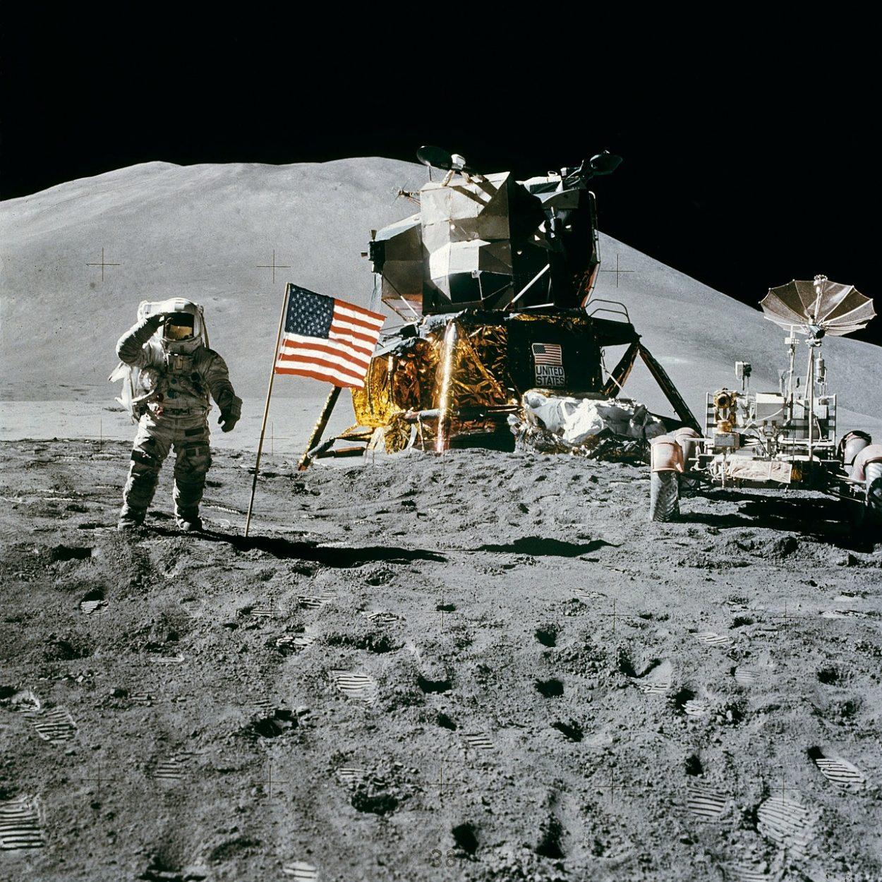 Американский астронавт на поверхности луны