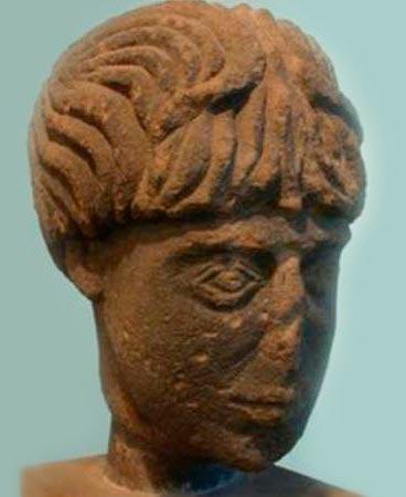 Каменная голова от обезглавленной статуи бога найденая в графстве Дарем, Англия.