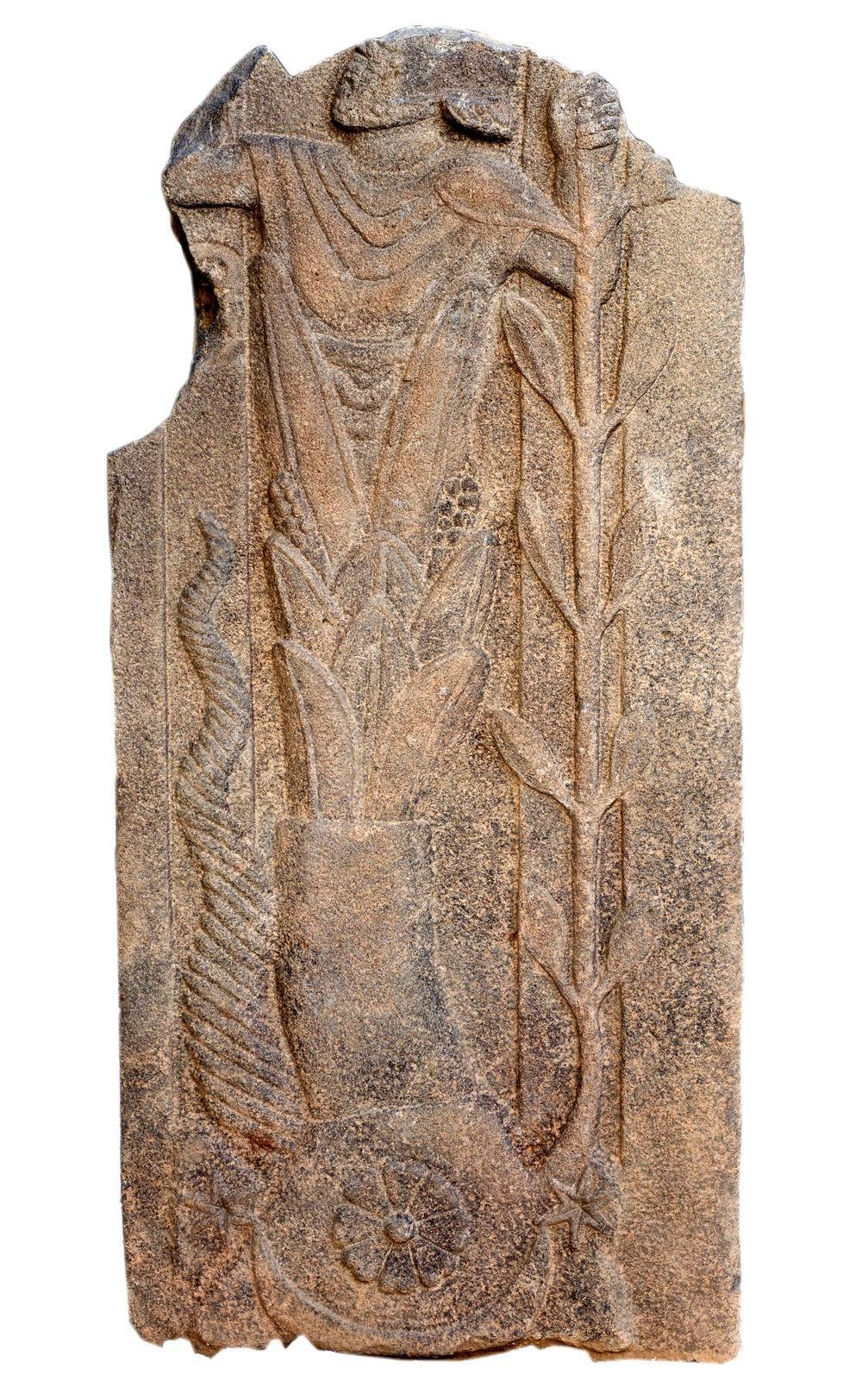 Барельеф с изображением антропоморфного существа найденный археологами на месте раскопок бывшего Римского храма близ города Газиантеп, Турция.