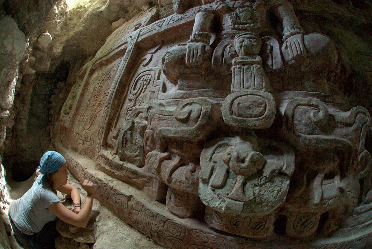 Майянский скульптурный фриз найденный археологами на месте раскопок в Гватемале.