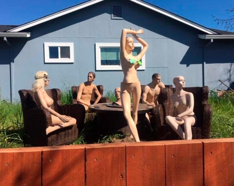 Обнажённые манекены во дворе дома Джейсона Уиндуза
