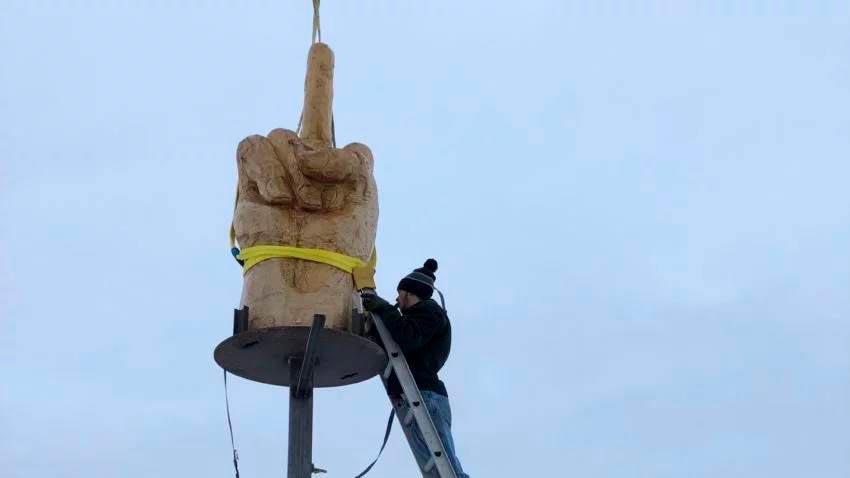 Скульптура кулака с оттопыренным  пальцем
