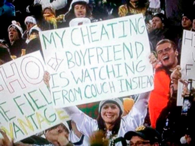 Анни Вагнер c плакатом на футбольной трибуне