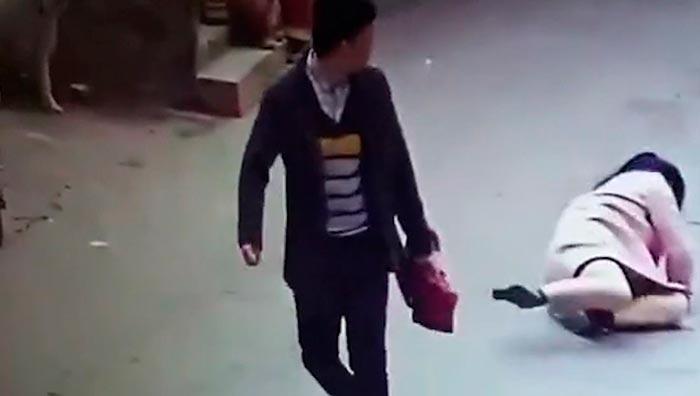 Запись с камеры наблюдения: Чжан уходит после того, как избил Сяо Ли