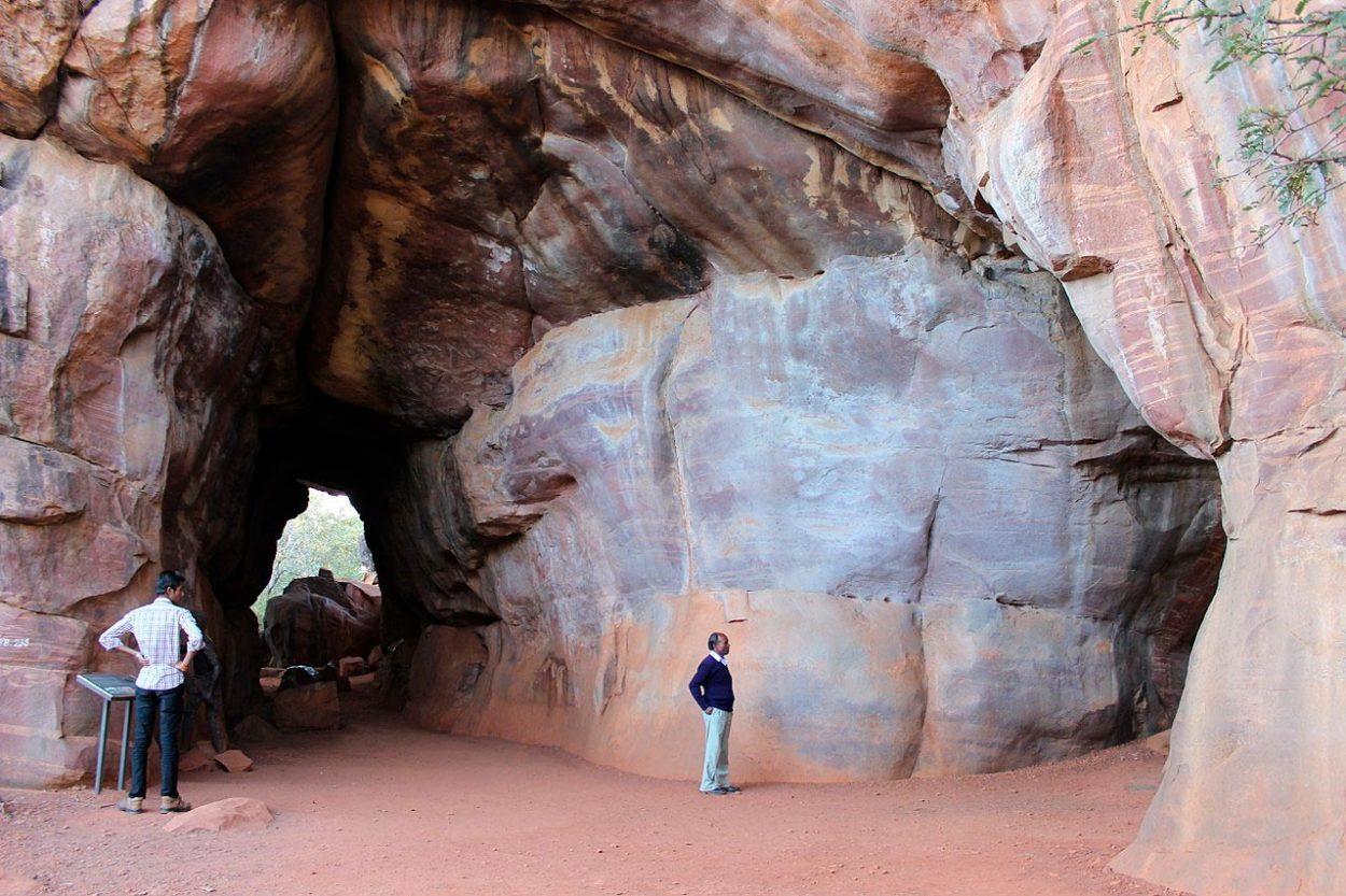 Купулы в пещере Бхимбетка