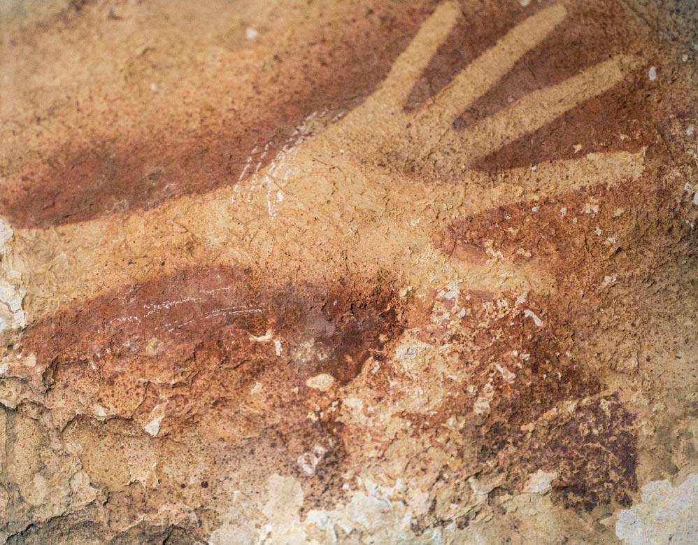 Наскальная живопись в пещере Сулавеси