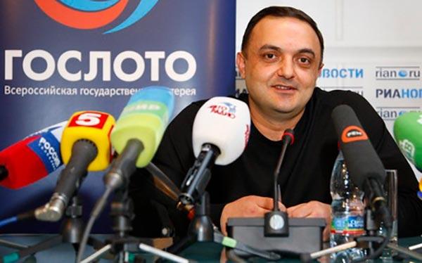 Альберт Бегракян даёт интервью после выигрыша в лотерею «Гослото»