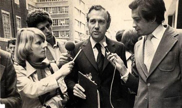 Джон Стоунхаус даёт интервью журналистам