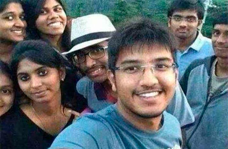 Фотография группы индийских студентов за минуту до смерти