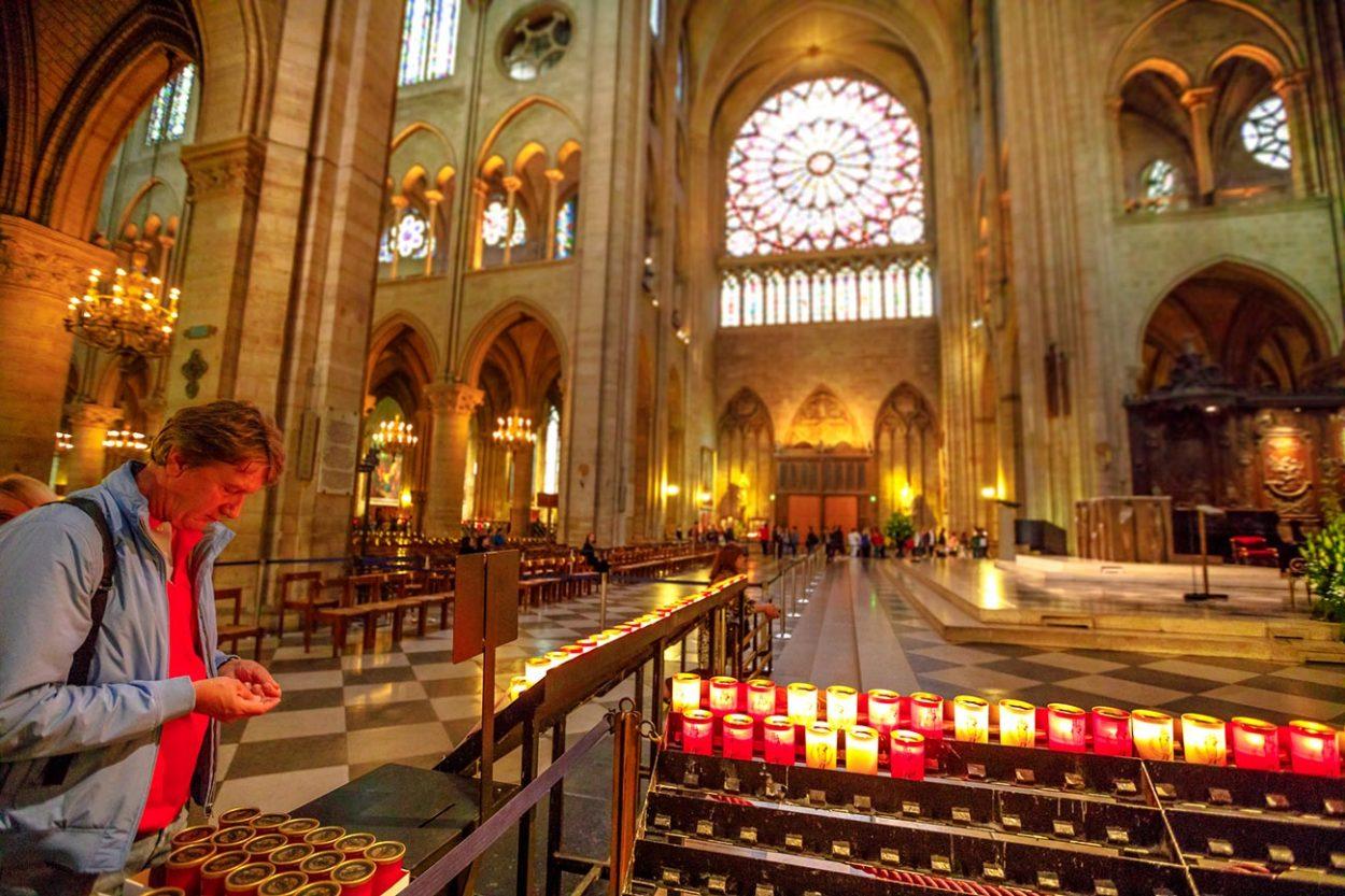 Центральный алтарь внутри собора Парижской Богоматери