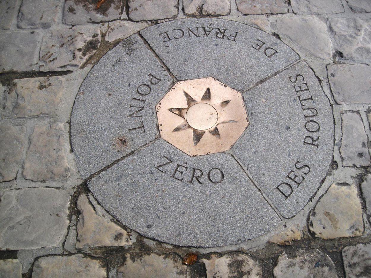 Маркер с восьмиконечной Бронзовой звездой на Соборной площади отмечающий Нулевой километр Франции