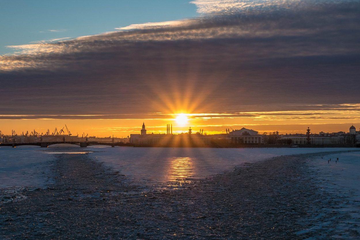 Вид на Биржевой мост и стрелку Васильевского острова
