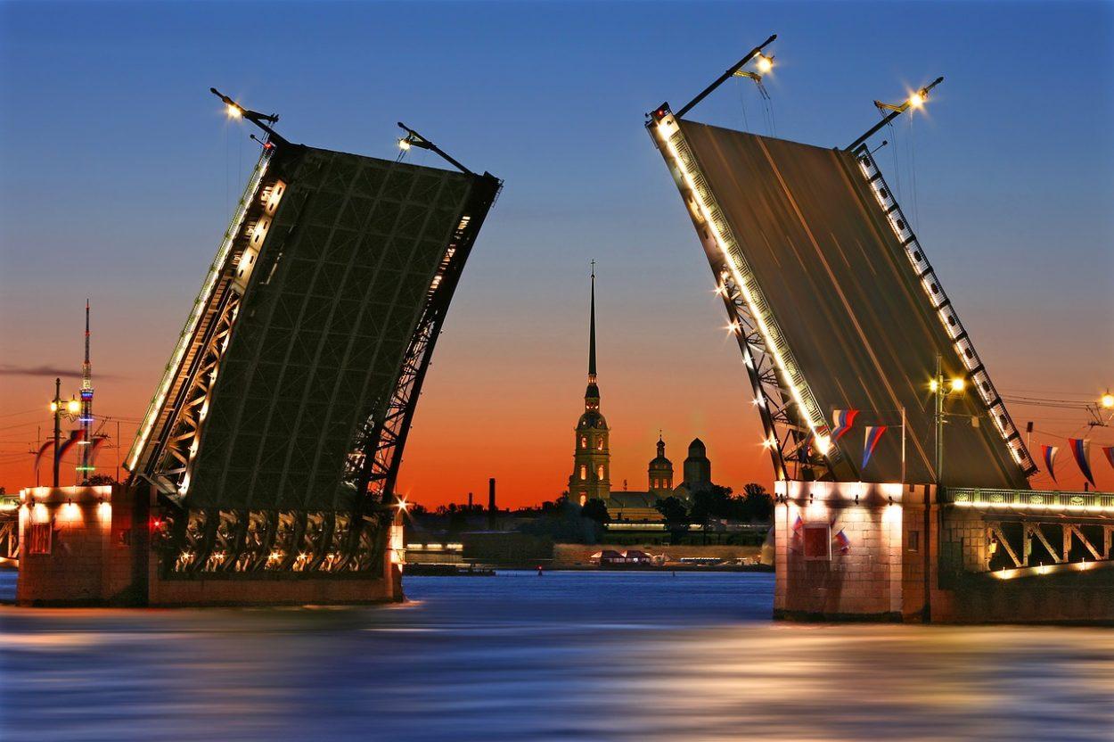 Разведенный Биржевой мост в Санкт-Петербурге