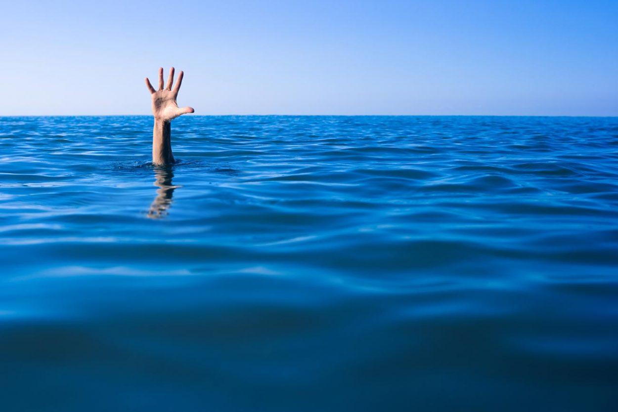 Утопающий человек