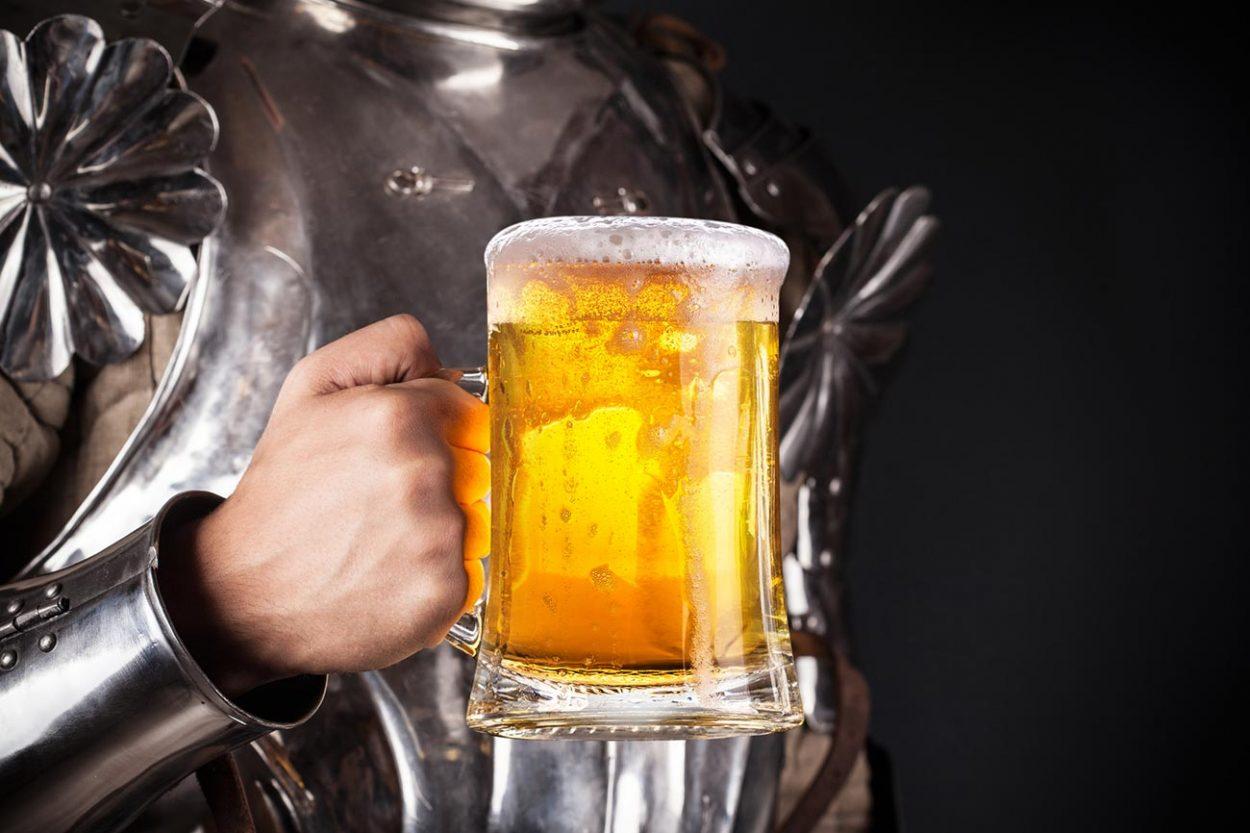 Пиво в руке средневекового рыцаря