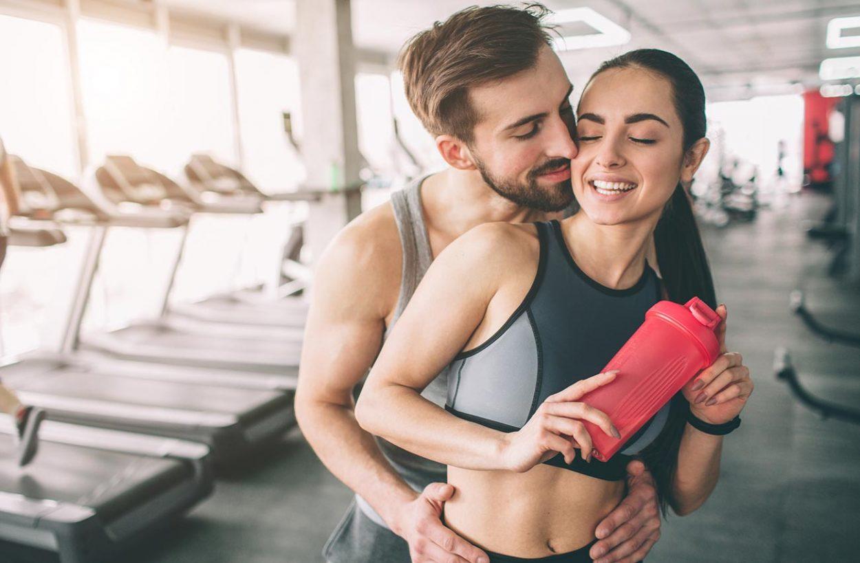 Мужчина и стройная женщина в спортзале