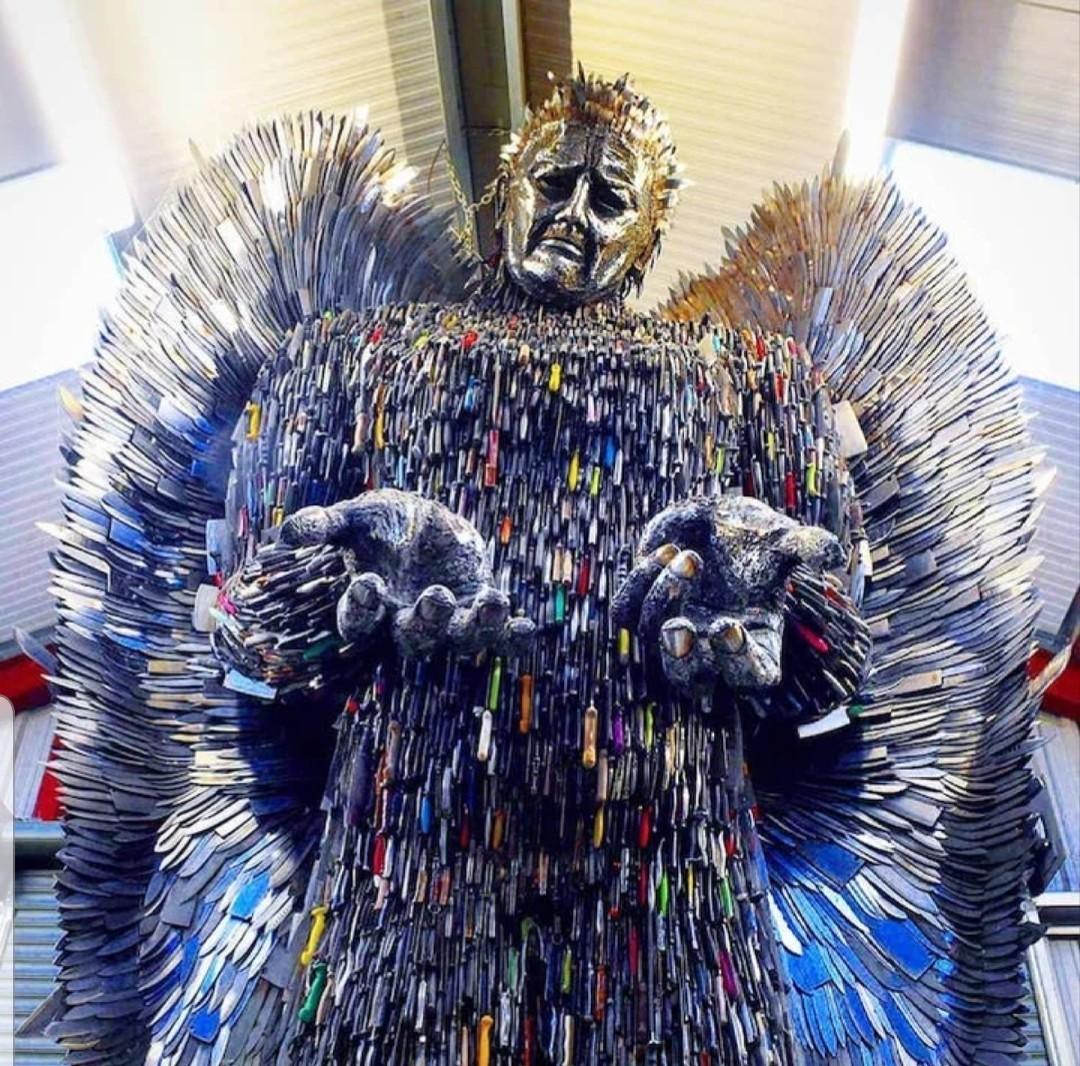Альфи Брэдли, статуя ангела из ножей