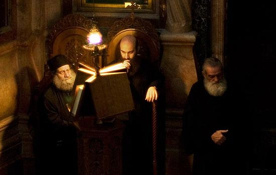 Фамилии Попов, Смирнов, Крылов и многие другие являются искусственными и имеют церковное происхождение