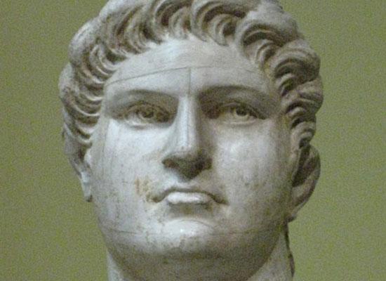Император Нерон играл на скрипке, пока горел подожженный им Рим