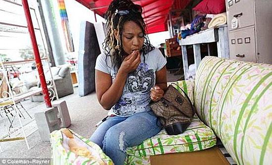Есть такое психическое расстройство — зависимость от поедания диванов