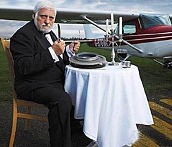 Француз Мишель Лотито съел стеклянный стакан, робота и самолёт
