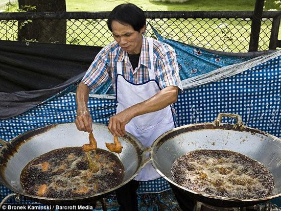 Повар из Таиланда способен жарить пищу голыми руками, так как у него не бывает ожогов