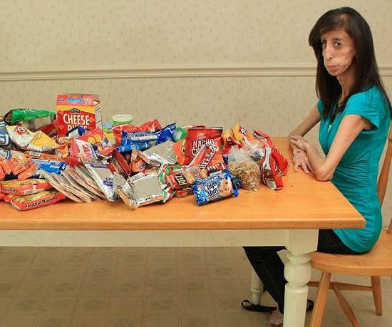 Американка Лиззи Веласкес ест около 60 раз в день и весит 25 кг