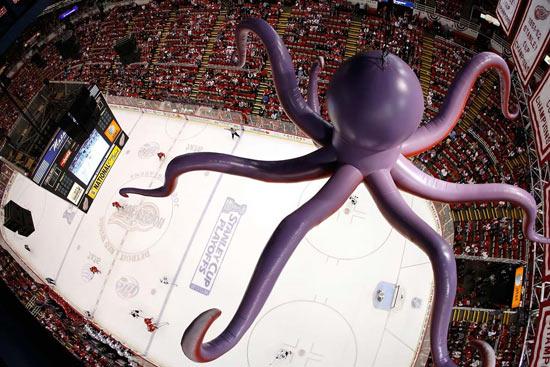 В Детройте есть традиция во время хоккейного матча бросать на лёд осьминогов