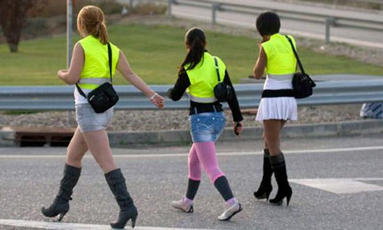 В Испании проститутки обязаны носить светоотражающие жилеты