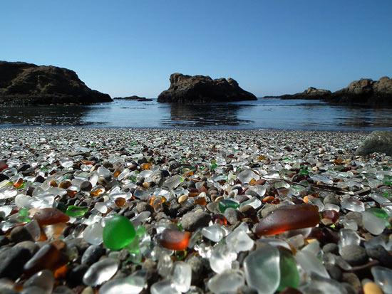 В США есть удивительный стеклянный пляж из мусора