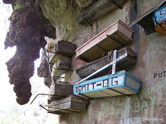 В Китае используются висячие гробы, прикреплённые к скалам