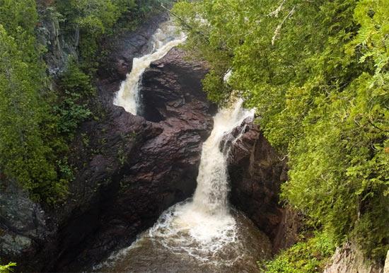 Вода из водопада «Чайник Дьявола» (Миннесота, США) бесследно исчезает в земле