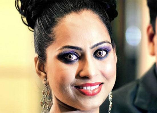 В Индии продаются позолоченные контактные линзы с бриллиантами