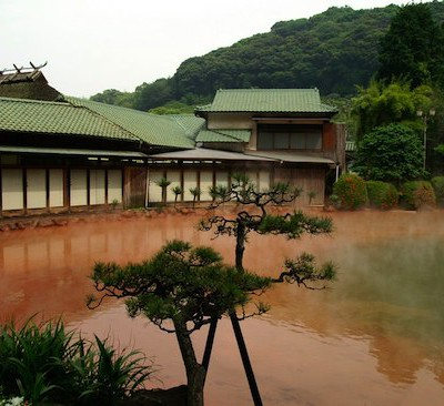 Самый популярный гейзер в Японии называется «Кровавый пруд», так как вода в нём красного цвета