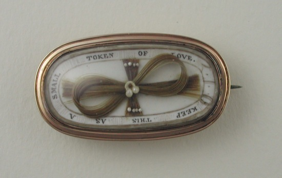 В викторианскую эпоху в Европе были очень популярны мемориальные украшения из волос