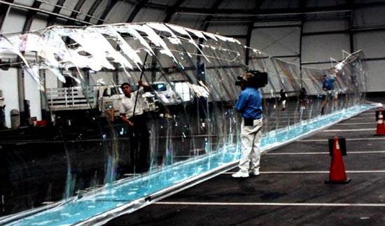 В самый большой мыльный пузырь в мире поместилось 118 человек