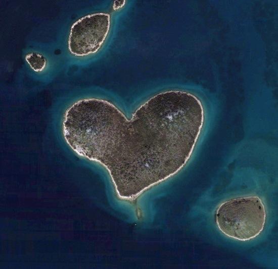 В Хорватии есть есть необитаемый остров в форме сердца
