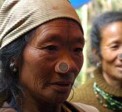 Женщины из племени Апатини всю жизнь носят деревянные пробки в носу