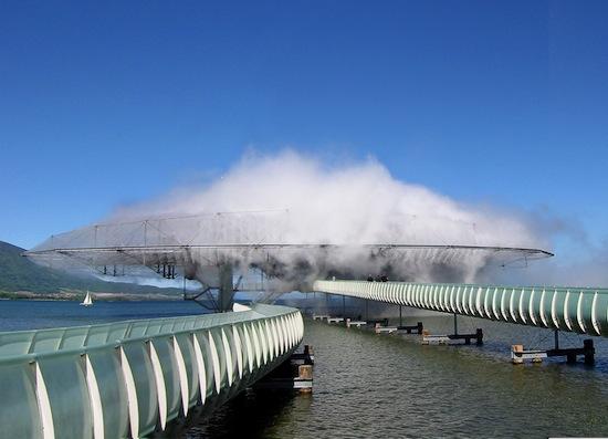В 2002-ом году над поверхностью швейцарского озера было построено здание-облако