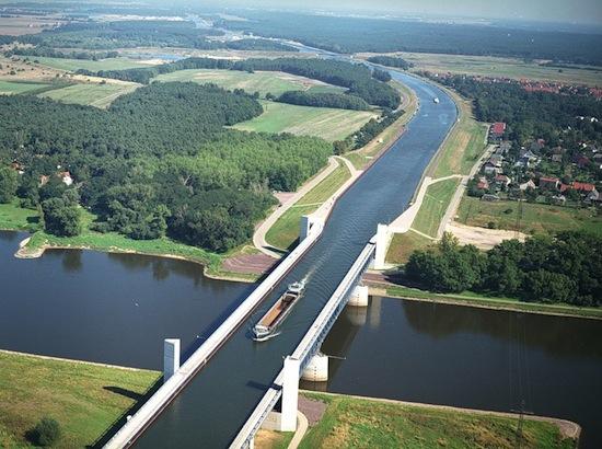 Существуют специальные водные мосты, по которым ходят корабли