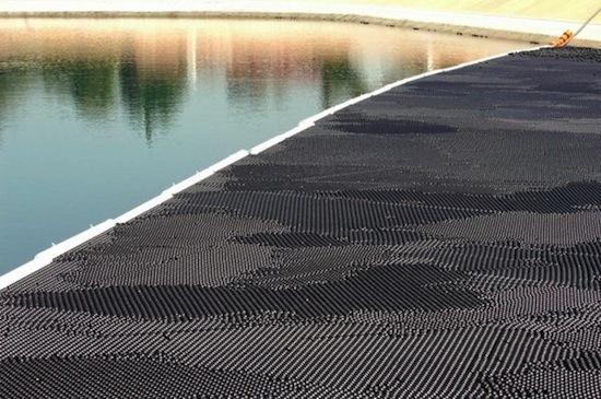 Поверхность водохранилища в Лос-Анджелесе покрыта 400 тысячами чёрных шариков