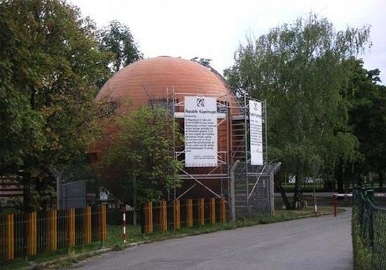 В центре Вены находится республика «Кугельмугель» представленная одним сферическим домом