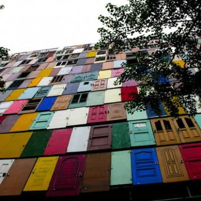 В Корее есть 10-этажный дом «из дверей»