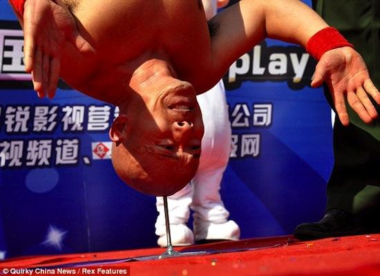 Китаец Ли Ксин может стоять головой на острие гвоздя