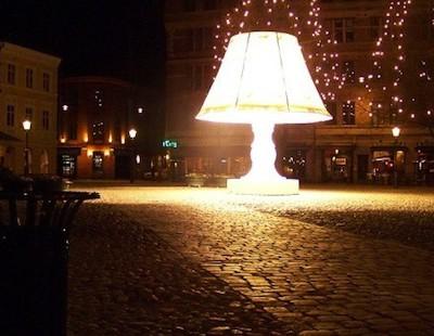 В Мальмё (Швеция) есть огромная «говорящая» лампа с абажуром