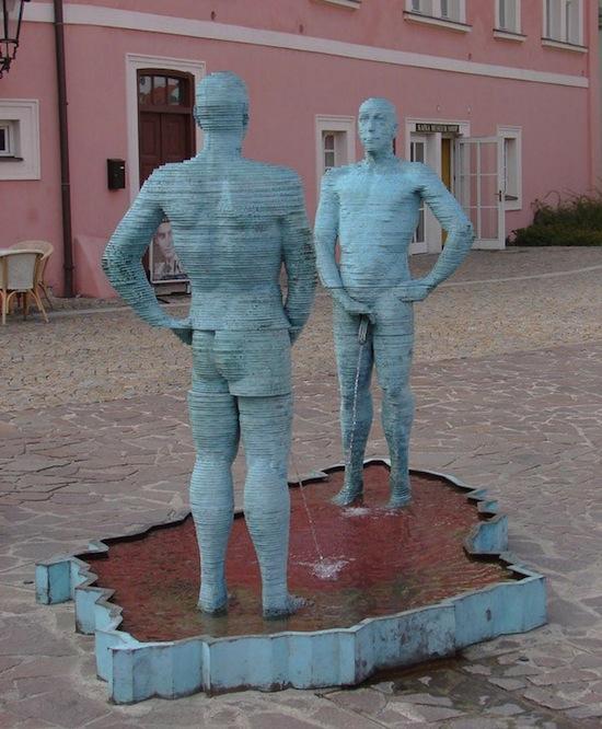 В Чехии есть «Piss-Кирпичный завод Гергета» — электромеханическая статуя двух писающих мужчин