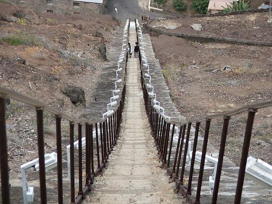 Самая длинная прямая лестница в мире находится на острове Святой Елены