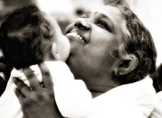 Мата Амританандамайи Деви обнимает 15000 человек в сутки, а всего к ней прикоснулось 20 млн человек